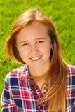 Πορτρέτο του νέου ευτυχούς κοριτσιού με μακρυμάλλη Στοκ φωτογραφία με δικαίωμα ελεύθερης χρήσης