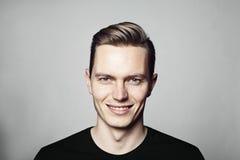 Πορτρέτο του νέου εύθυμου ατόμου που εξετάζει τη κάμερα Στοκ εικόνα με δικαίωμα ελεύθερης χρήσης