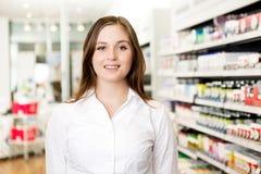 Πορτρέτο του νέου ελκυστικού φαρμακοποιού στοκ φωτογραφία