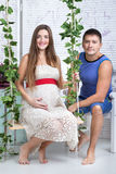 Πορτρέτο του νέου ζευγαριού εν αναμονή του κατσικιού Στοκ Εικόνα