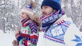 Πορτρέτο του νέου ζεύγους που τρέχει μαζί σε μια δασική πορεία απόθεμα βίντεο