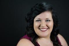 Πορτρέτο του νέου θηλυκού προτύπου χαμόγελου με τη σκοτεινή τρίχα, το δίκαιο δέρμα και τα κόκκινα χείλια στοκ εικόνες