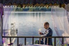 Πορτρέτο του νέου και ελκυστικού ατόμου στο γκρίζο μπλε κοστούμι Στοκ φωτογραφίες με δικαίωμα ελεύθερης χρήσης