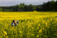 Πορτρέτο του νέου και ελκυστικού ατόμου στο γκρίζο μπλε κοστούμι Στοκ Φωτογραφίες