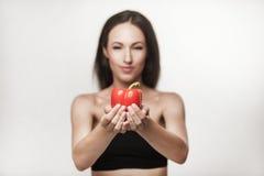 Πορτρέτο του νέου κατάλληλου πιπεριού κουδουνιών εκμετάλλευσης γυναικών Στοκ φωτογραφία με δικαίωμα ελεύθερης χρήσης