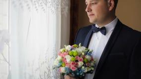 Πορτρέτο του νέου καυκάσιου ατόμου με την ανθοδέσμη wed απόθεμα βίντεο