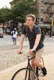 Πορτρέτο του νέου καυκάσιου οδηγώντας ποδηλάτου εφήβων στην οδό πόλεων στοκ εικόνα με δικαίωμα ελεύθερης χρήσης