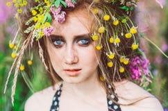 Πορτρέτο του νέου κοριτσιού με τα μπλε μάτια Στοκ φωτογραφία με δικαίωμα ελεύθερης χρήσης