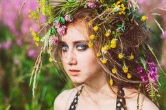 Πορτρέτο του νέου κοριτσιού με τα μπλε μάτια Στοκ Φωτογραφία
