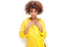 Πορτρέτο του νέου κοριτσιού με το afro Στοκ Φωτογραφία