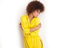 Πορτρέτο του νέου κοριτσιού με το afro Στοκ εικόνα με δικαίωμα ελεύθερης χρήσης
