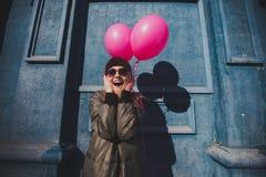 Πορτρέτο του νέου κοριτσιού που έχει την υπαίθρια άνοιξη διασκέδασης Στοκ Φωτογραφία
