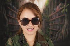 Πορτρέτο του νέου κοριτσιού που φορά το στρατιωτικό σακάκι και Στοκ εικόνες με δικαίωμα ελεύθερης χρήσης