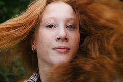 Πορτρέτο του νέου κοριτσιού στην κίνηση με την κόκκινες τρίχα και τις φακίδες Στοκ εικόνα με δικαίωμα ελεύθερης χρήσης