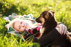 Πορτρέτο του νέου κοριτσιού φιλίας με το κουτάβι στοκ φωτογραφία