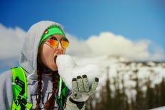 Πορτρέτο του νέου κοριτσιού snowboarder με την καρδιά χιονιού στα χέρια Στοκ Εικόνες