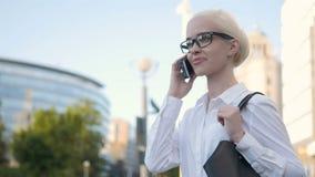 Πορτρέτο του νέου μηνύματος κειμένου δακτυλογράφησης επιχειρησιακών γυναικών στο τηλέφωνο υπαίθρια απόθεμα βίντεο