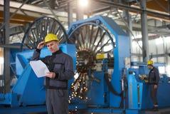 Πορτρέτο του νέου μηχανικού που παίρνει τις σημειώσεις στο roo αποθηκών εμπορευμάτων εργοστασίων Στοκ Φωτογραφία