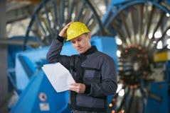 Πορτρέτο του νέου μηχανικού που παίρνει τις σημειώσεις στο roo αποθηκών εμπορευμάτων εργοστασίων Στοκ εικόνες με δικαίωμα ελεύθερης χρήσης