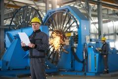 Πορτρέτο του νέου μηχανικού που παίρνει τις σημειώσεις στο roo αποθηκών εμπορευμάτων εργοστασίων Στοκ φωτογραφία με δικαίωμα ελεύθερης χρήσης
