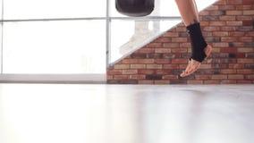 Πορτρέτο του νέου μπόξερ γυναικών που εκπαιδεύει στη γυμναστική απόθεμα βίντεο