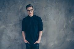 Πορτρέτο του νέου πολύ όμορφου τύπου στη μαύρα εξάρτηση και τα γυαλιά στοκ εικόνες