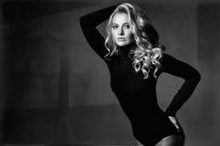 Πορτρέτο του νέου προκλητικού κοριτσιού στο όμορφο φόρεμα Στοκ Εικόνες