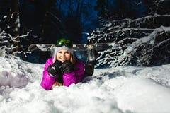 Πορτρέτο του νέου προκλητικού snowboarder στο χειμερινό δάσος Στοκ Εικόνα