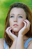 Πορτρέτο του νέου σκεπτικού κοριτσιού στοκ φωτογραφία