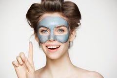 Πορτρέτο του νέου τρυφερού κοριτσιού στα ρόλερ τρίχας και την του προσώπου μάσκα που εξετάζει τη κάμερα που χαμογελά πέρα από το  Στοκ εικόνα με δικαίωμα ελεύθερης χρήσης