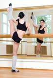 Φίλαθλο κορίτσι που κάνει τη σωματική άσκηση Στοκ φωτογραφία με δικαίωμα ελεύθερης χρήσης