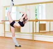 Φίλαθλο κορίτσι που κάνει τη σωματική άσκηση Στοκ Φωτογραφίες