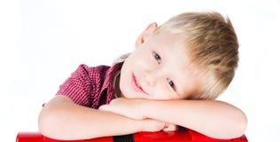 Πορτρέτο του νέου χαμογελώντας αγοριού που απομονώνεται στο λευκό Στοκ Φωτογραφίες
