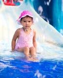 Πορτρέτο του νέου χαμογελώντας παιδιού που έχει τη διασκέδαση στο aquapark Στοκ Εικόνες