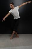 Πορτρέτο του νέου χορευτή μπαλέτου στο μαύρο υπόβαθρο Στοκ εικόνα με δικαίωμα ελεύθερης χρήσης
