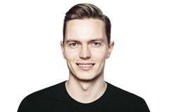 Πορτρέτο του νέου όμορφου ατόμου με το ευγενές χαμόγελο Στοκ Φωτογραφίες