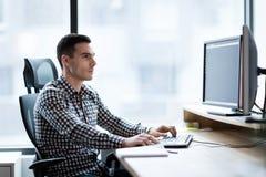 Πορτρέτο του νέου όμορφου επιχειρηματία που εργάζεται στον υπολογιστή στοκ εικόνες με δικαίωμα ελεύθερης χρήσης