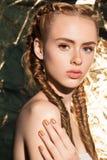 Πορτρέτο του νέου όμορφου ελκυστικού προτύπου κοριτσιών με τη φυσική φρέσκια ομορφιά Στοκ Εικόνες