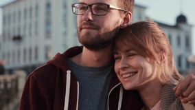 Πορτρέτο του νέου όμορφου ζεύγους που στέκεται στο κέντρο της πόλης και που κοιτάζει κατά μέρος Ευτυχείς άνδρας και γυναίκα που α φιλμ μικρού μήκους