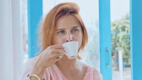 Πορτρέτο του νέου όμορφου καφέ κατανάλωσης γυναικών στοκ φωτογραφία με δικαίωμα ελεύθερης χρήσης