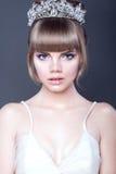 Πορτρέτο του νέου όμορφου κοριτσιού εφήβων με τα εκφραστικά μπλε μάτια και τα πλήρη χωρισμένα χείλια που φορούν την κορώνα κρυστά στοκ εικόνα με δικαίωμα ελεύθερης χρήσης