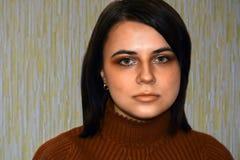 Πορτρέτο του νέου όμορφου κοριτσιού με τα πράσινα μάτια Στοκ Εικόνες