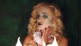 Πορτρέτο του νέου όμορφου κοριτσιού με το σκελετό σύνθεσης στο πρόσωπό της Αποκριές απόθεμα βίντεο