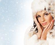 Πορτρέτο του νέου όμορφου κοριτσιού στο χειμερινό ύφος Στοκ Εικόνα