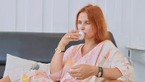 Πορτρέτο του νέου όμορφου τσαγιού κατανάλωσης γυναικών στοκ φωτογραφία με δικαίωμα ελεύθερης χρήσης
