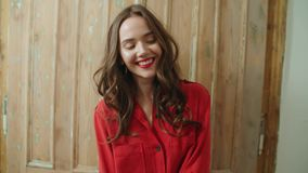 Πορτρέτο του νέου όμορφου χαμόγελου γυναικών brunette στο σπίτι απόθεμα βίντεο