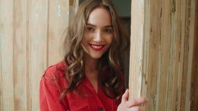 Πορτρέτο του νέου όμορφου χαμόγελου γυναικών brunette στο σπίτι φιλμ μικρού μήκους