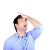 Πορτρέτο του νέου slapping χεριού επιχειρηματιών στο κεφάλι που έχει ένα duh Στοκ εικόνες με δικαίωμα ελεύθερης χρήσης