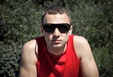 Πορτρέτο του νεαρού άνδρα στα μαύρα γυαλιά ηλίου Στοκ φωτογραφία με δικαίωμα ελεύθερης χρήσης