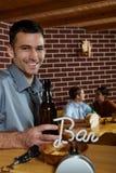 Πορτρέτο του νεαρού άνδρα στο μπαρ στοκ εικόνα με δικαίωμα ελεύθερης χρήσης